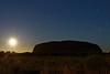 Lever de pleine lune sur le rocher Uluru (Ayers Rock). Territoire du Nord/Australie
