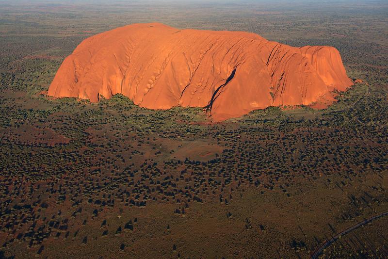 Vue aérienne du rocher d'Uluru (Ayers Rock) au coucher du soleil. Territoire du Nord/Australie