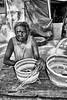 Helen Djaypila Guyula, de la communauté de Gapuwiyak, en train de terminer des paniers à l'arrière de sa maison (les artisans vanniers de Gapuwiyak ont grande réputation). Terre d'Arnhem/Territoire du Nord/Australie