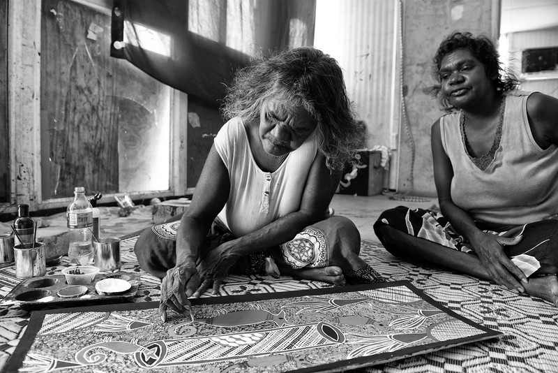 Sally Dhawundayjil Gurruwiwi réalisant une peinture sur écorce, sous le regard de sa fille, dans sa maison de Wallaby Beach à Nhulunbuy. Terre d'Arnhem/Territoire du Nord/Australie