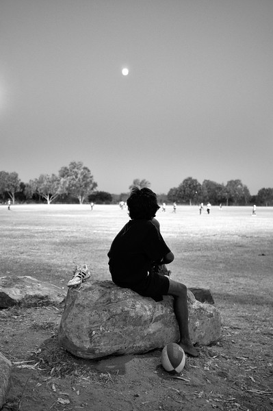 Jeune spectateur aborigène assistant à un match de footy (football australien) à Fitzroy Crossing. Kimberley/Australie Occidentale/Australie