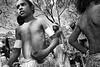 Jeunes danseurs injinoo s'apprêtant à réaliser une danse sur le site de Laura. Cap York/Queensland/Australie