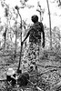 Dhopia Gurruwiwi avec l'échidné qu'elle vient de chasser (piqué sur une lance à ses pieds) à Mata Mata. Terre d'Arnhem/Territoire du Nord/Australie