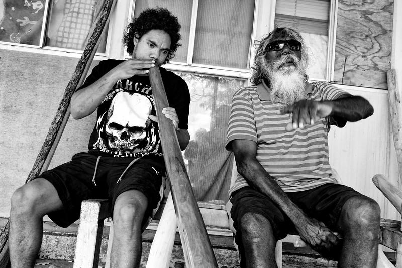 Le célèbre joueur de yidaki (didgeridoo) Djalu Gurruwiwi et son fils adoptif Vernon en train de tester la sonorité d'un nouvel instrument devant leur cabane de Wallaby Beach à Nhulunbuy. Terre d'Arnhem/Territoire du Nord/Australie