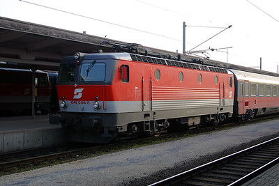 1044 004 at Villach Hbf 28th March 2004