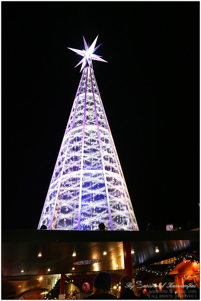 A huge Swarovski crystal Christmas tree .. who wouldn't want this at home? :P