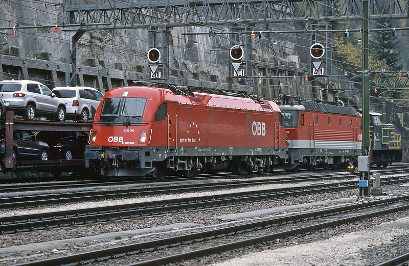 OBB 1144.213 and 1216.003 are dragged into the Italian DC-electrified territory at Brenner by FS pilot D245.6047 on 29 October 2008