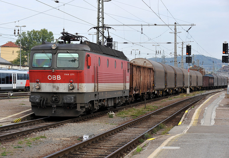 OBB 1144.271 passes through Graz Hbf. on 23 September 2011 with a freight
