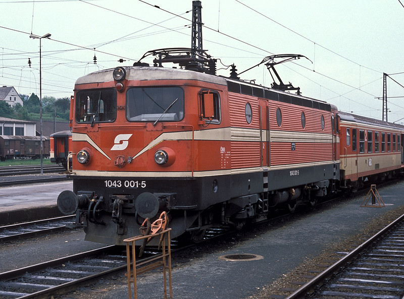 Showing the very close link with a Swedish Rc2 locomotive, even down to the paintwork, OBB 1043.001 is at Villach Hbf. on 19 May 1989