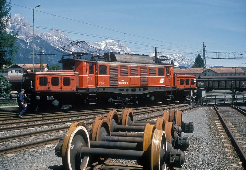 OBB 1020.012 runs onto the turntable at Saalfelden on 23 May 1989