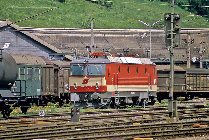 An almost new 1044.202 sits outside the old shed at Murzzuschlag on 17 May 1989