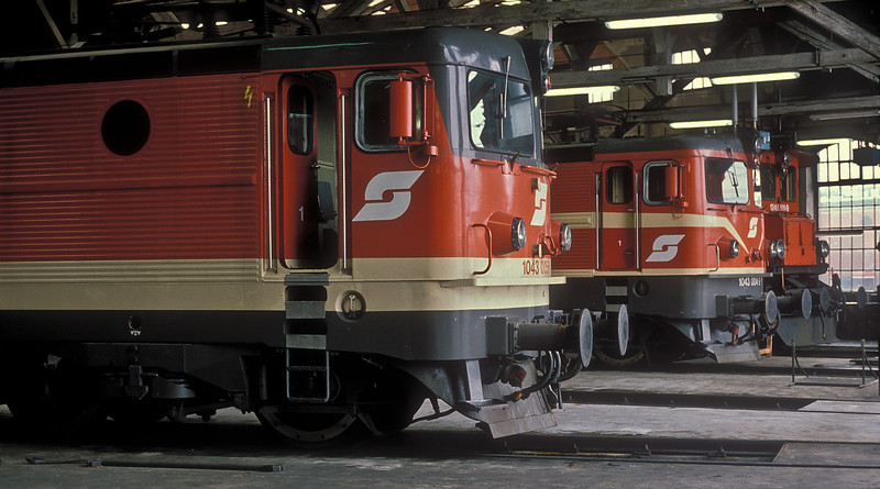 A comparison of liveries at Zfl Villach on 19 May 1989 with OBB 1043.005 and 1043.004 in the roundhouse