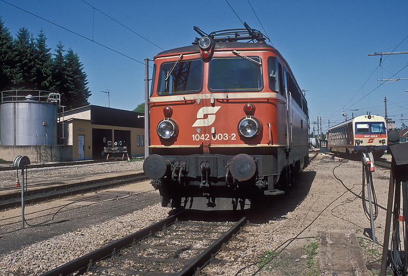 OBB 1042.003 is at the small depot at Sigmundsherburg on 22 May 1989