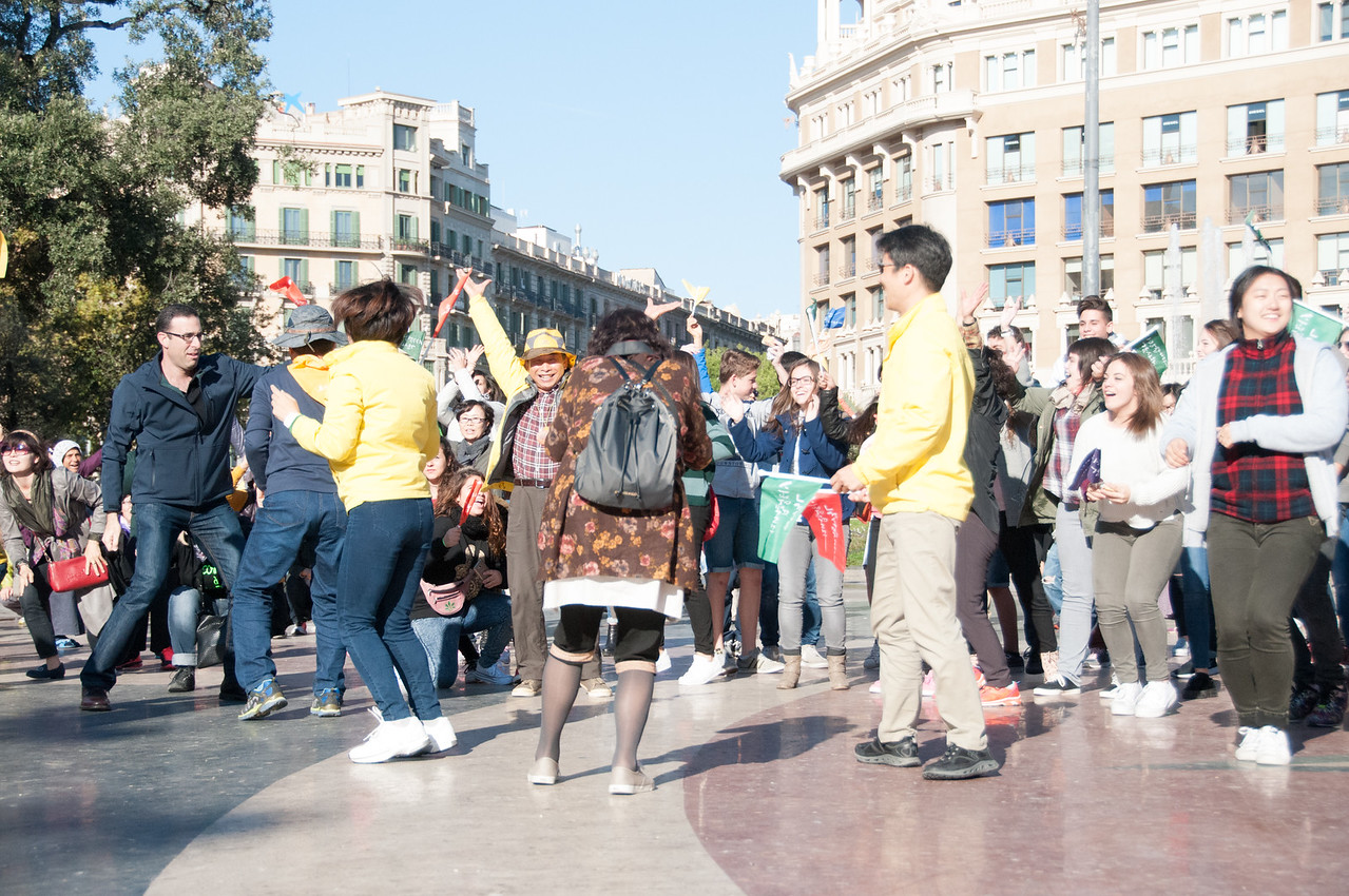 Asian flash mob in Plaza de Catalun!