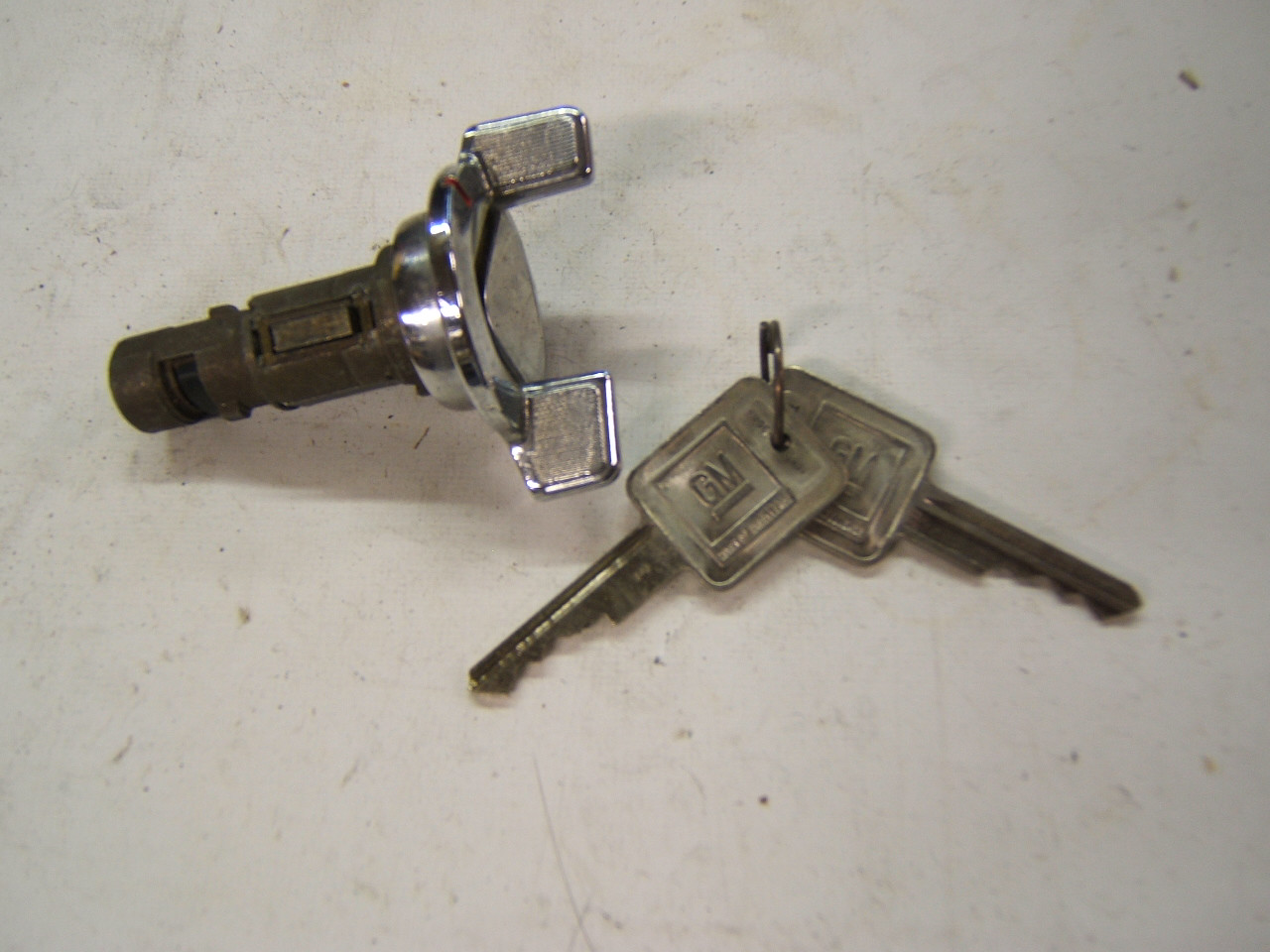 Chevrolet Pontiac Buick Ignition lock cylinder with 2 'E keys nos (a bs37)