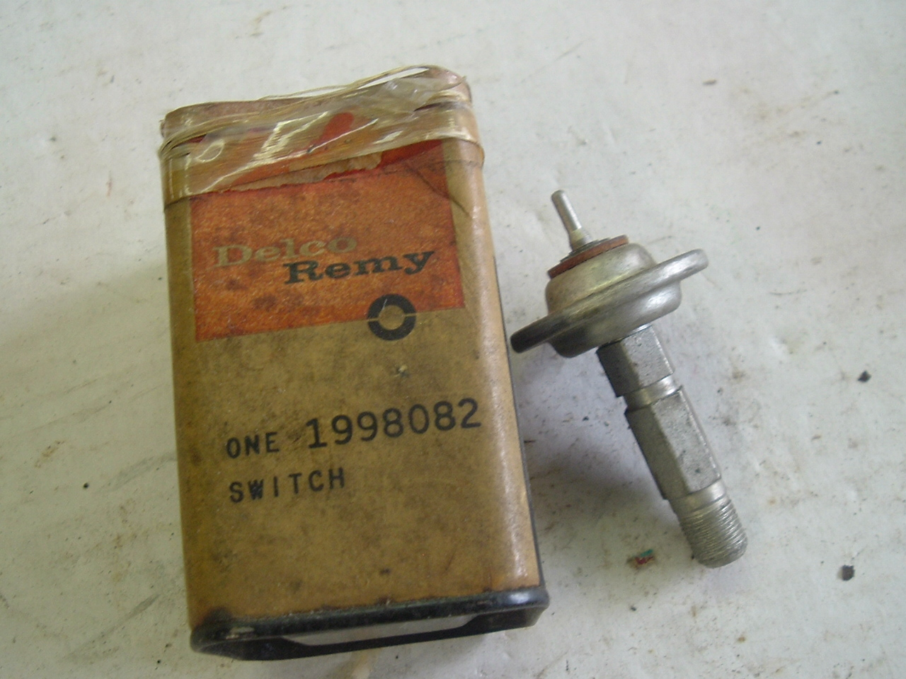 1955 Chevrolet oil pressure sending unit 1998082 (a 1998082)