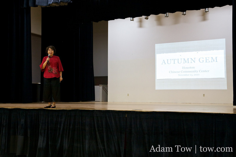Nine-min from the Houston Chinese Community Center introduces Autumn Gem to the crowd.