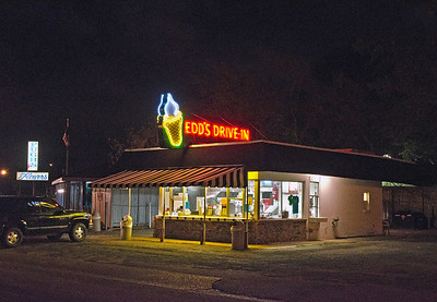Night shot of Edd's Drive In located in Pascagoula, Ms.