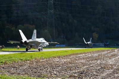 F/A-18 Staffel richtung Kaverne