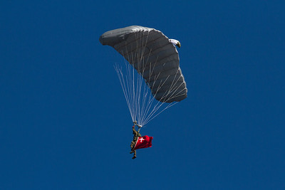 Fallschirmspringer der schweizer Armee über der Axalp