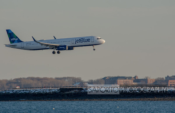 JetBlue A321 over the runway