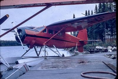 Stinson Reliant SR-10 à la base de Chibougamau pour un contrat de photographie