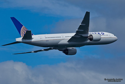 SAN FRANCISCO, CA - OCTOBER 5:  United Airlines Boeing 777 (N212UA) demonstration during Fleet Week in San Francisco, CA on October 5, 2012.