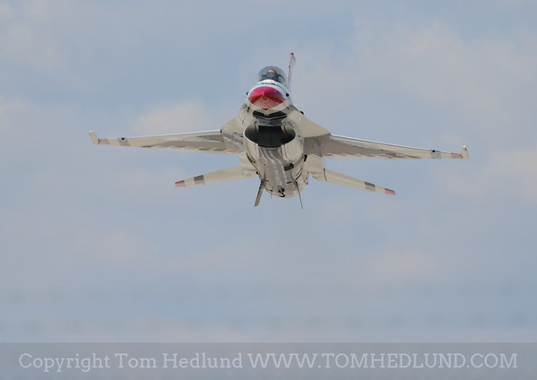 F-16 of the United States Thunderbirds on Fridays practices, Staying low.
