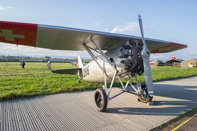 Cet avion fut acquis par les troupes d'Aviation suisses dès 1930 afin de remplacer les biplans Fokker D VII. Ce furent les premiers avions militaires suisses construits en métal. Les onze machines, produites sous licence aux ateliers fédéraux de construction de Thoune restèrent, en service jusqu'en 1948. Quelques Dewoitine D-26 furent ensuite données aux Aéro-clubs pour le tractage de planeurs et furent utilisés jusqu'au début des années 60. Le HB-RAI 284 est issu de l'Aéro-Club de Genève. Remis en état de vol, il fut vendu à la FMPA (Fondation pour le Maintien du Patrimoine Aéronautique) qui l'opère aujourd'hui. Cet avion, à la voilure parasol typique, peut atteindre 240 km/h, et son altitude maximale est de 7'500 mètres. Son autonomie est de 500 km. Source : http://www.air14.ch/internet/air14/fr/home/Programme/avionssuisses/D-26.html