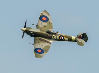 Le Supermarine Spitfire fut l'un des chasseurs monoplaces les plus utilisés par la RAF et par les Alliés pendant la Seconde Guerre mondiale. Il fut déterminant dans la victoire de la RAF lors de la bataille d'Angleterre. Son principal rival dans les combats aériens fut le Messerschmitt 109. Source : http://www.air14.ch/internet/air14/fr/home/Programme/avionshistoriques/Spitfire.html