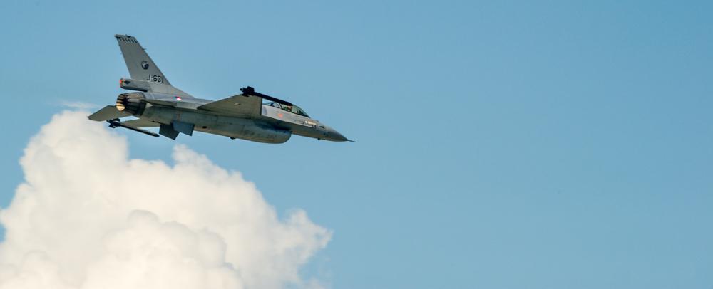 Développé aux Etats-Unis, le F-16 est un chasseur polyvalent qui équipe un grand nombre de Forces aériennes en Europe et dans tout le monde. Il en existe de nombreuses versions et fait l'objet, dans plusieurs pays, de programme de mise à jour. Une caractéristique de cet avion est la grande verrière qui procure au pilote une visibilité panoramique indispensable pour le combat aérien..Source:  http://www.air14.ch/internet/air14/fr/home/Programme/etrangers/f-16.html