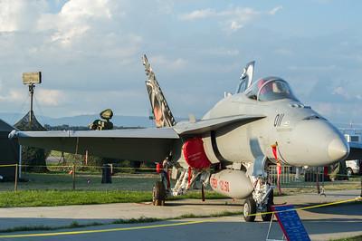 Le F/A-18 Hornet est un avion aux dimensions impressionnantes. Avec sa longueur de 17 mètres et une envergure de 12 mètres, il dépasse largement les dimensions du F-5E Tiger II. La version suisse du F/A-18 pèse environ 17 tonnes et peut emporter sept tonnes d'armement. Cela représente six fois plus de charge utile que pouvait emporter le Hunter, désormais mis hors service. Les deux réacteurs assurent une poussée de 16 tonnes, soit trois fois plus que les réacteurs du F-5. Cinq mille litres de carburant interne permettent une autonomie de vol de plus d'une heure. source : http://www.lw.admin.ch/internet/luftwaffe