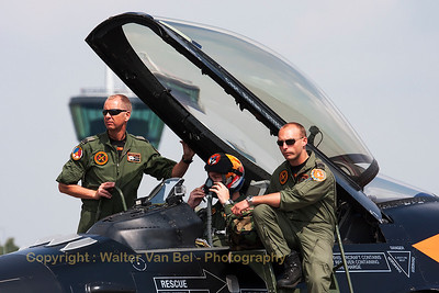 """""""One Team, one Mission""""... Capt. Stefan """"Stitch"""" Hutten, in his """"Orange Lion"""", together with his crew, prior to the start of his demo at Volkel Air Base."""