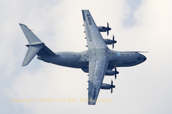 """This Airbus A-400M Atlas (EC-402; cn002) showed her top-side while banking very hard during """"Airpower16"""" at Zeltweg Air Base."""