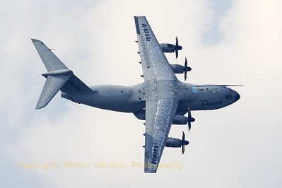 "This Airbus A-400M Atlas (EC-402; cn002) showed her top-side while banking very hard during ""Airpower16"" at Zeltweg Air Base."