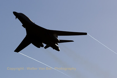 Fly-by by this USAF Rockwell B-1B Lancer (85-0089; DY; cn 49), with wing-tip vortices, during the Sanicole Sunset Show 2016.