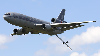 """Royal Netherlands Air Force tanker demo: A KDC-10-30CF (T-264; 46985/264) performs a fly-by with its refueling-boom extended, during the """"Luchtmachtdagen 2019"""" at Volkel AFB."""