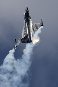 """The """"Dark Falcon"""" F-16AM (FA-101; cn6H-101), piloted by Stefan """"Vador"""" Darte, goes vertical during her magnificient performance at the """"Luchtmachtdagen 2019"""" at Volkel AFB."""