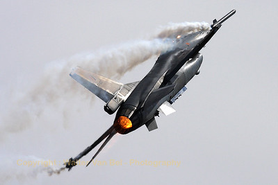 """Belgian Air Force """"spare"""" demo-Viper in action during the arrival day of the """"Luchtmachtdagen 2010"""" at Gilze-Rijen."""