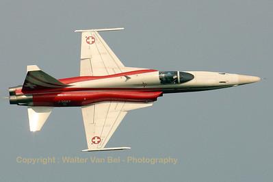 SwissAF_Patrouille-Swiss_F-5E_J-3087_EBFN_20060701_CRW_5443_RT8_WVB_1024px_reworked