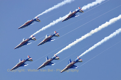 """E130 / F-TERP/1 (cn E130) Patrouille de France, formation of 7 rolling inverted while in a barrel-roll. Note that the number """"6"""" is applying its airbrakes to correct its position in the formation and to stay lined up with numbers """"4"""" and """"5"""". Note that only the right wing-tips are creating condensation trails!"""