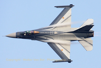 The Belgian Air Component demo-Viper makes a splendid photo-pass at the Sanicole Airshow 2009.