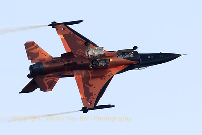 """The """"Orange Lion"""", the Royal Netherlands Air Force solo demo-F-16, performing at Sanicole's Sunset-Airshow."""