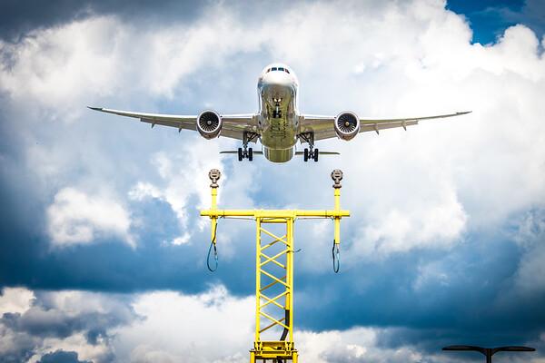 B787 arriving in London Heathrow