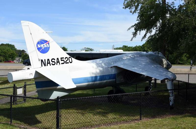 Hawker Siddeley XV-6A (P1127) Kestrel 64-18266 (NASA 520), Hampton air power museum, Virginia, 18 May 2017.