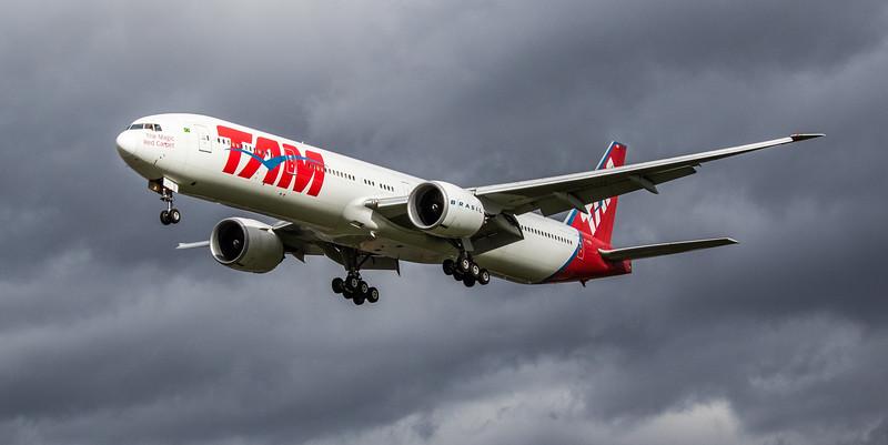 LATAM Brasil - Boeing 777-32W(ER) (PT-MUB) - Heathrow Airport (March 2019)