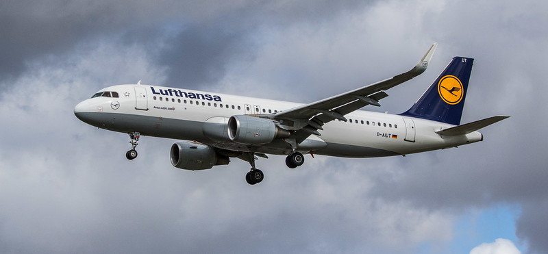 Lufthansa - Airbus A320-214 (D-AIUT) - Heathrow Airport (March 2019)