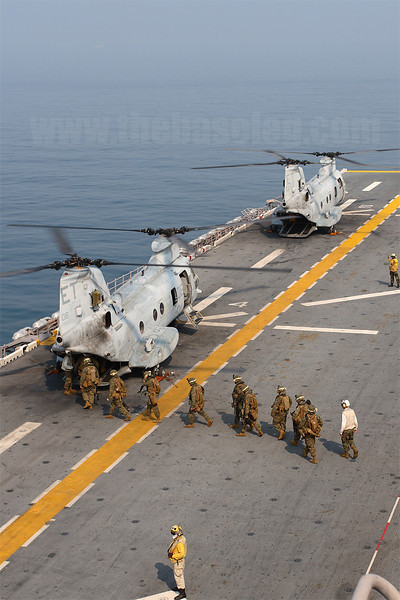 Marines board HMM-262 (Rein) CH-46E Sea Knight 153977/ET-06.
