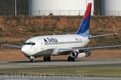 Delta 737-200 (N316DL) Holding for Departure