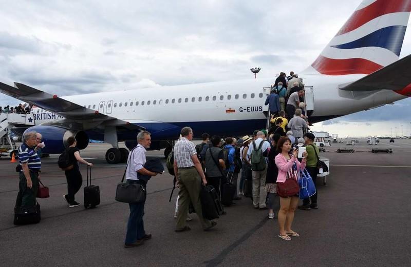 British Airways Airbus A320-200 G-EUUS, Helsinki airport, Sat 11 July 2017 - 1751.  Boarding for Heathrow.
